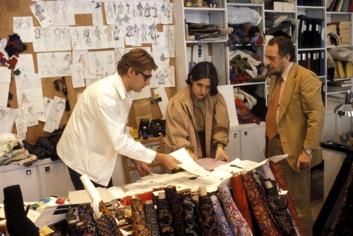 Yves Saint Laurent, Anne-Marie Munoz et Pierre Bergé dans le studio 5, avenue Marceau à Paris en 1977 (Guy Marineau)