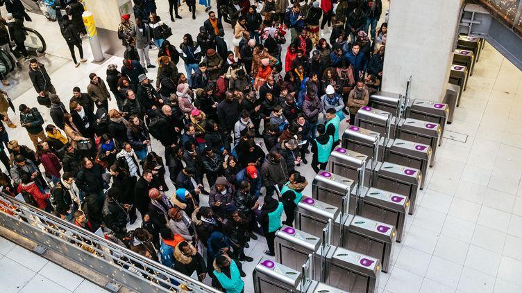 Affluence d'usagers à la gare du Nord, à Paris, le 23 décembre 2019, au 18e jour de mobilisation contre la réforme des retraites. (MATHIEU MENARD / AFP)