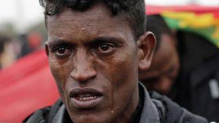 Les larmes d'unEthiopien qui attend d'être enregistré pour partir dans un centre d'accueil. (EMILIO MORENATTI / AP / SIPA)