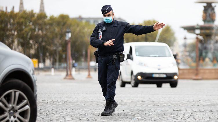 Un policier lors decontrôles à Paris pour s'assurer que les usagers de la route respectent le nouveauconfinemlent dû à l'épidémie de Covid-19, le 30 octobre (photo d'illustration). (ALEXIS SCIARD / MAXPPP)