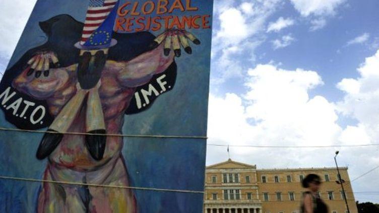 Panneau mettant en cause le FMI (IMF en anglais) devant le parlement grec à Athènes (archives) (AFP/ARIS MESSINIS)