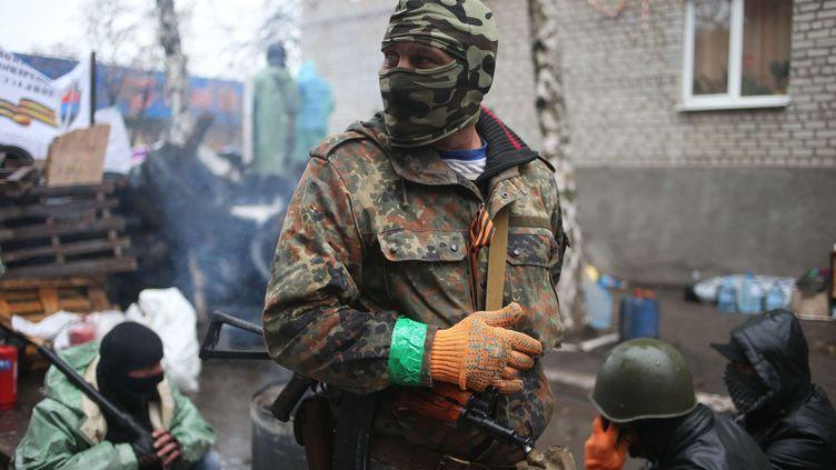 Un combattant pro-russe dans la ville de Slaviansk, dans l'est de l'Ukraine, le 13 avril 2014. (ANDREW CHERNAVSKY / AP / SIPA)