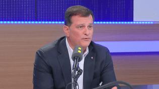 Louis Aliot, vice-président du FN, au micro de franceinfo, lundi 26 décembre 2016. (FRANCEINFO)