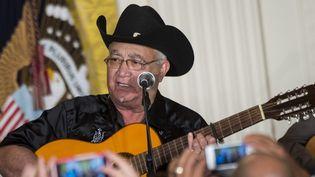 Eliades Ochoa en concert avec d'autres membres du Buena Vista Social Club en 2015 à la Maison Blanche, à Washington.  (BRENDAN SMIALOWSKI / AFP)
