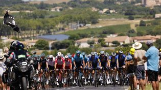 Le peloton lors de la 13e étape du Tour de France entre Nîmes et Carcassonne le 9 juillet 2021. (THOMAS SAMSON / AFP)