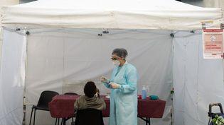 La campagne de dépistage du Covid-19 au Pré-Saint-Gervais (Seine-Saint-Denis) le 15 septembre 2020. (MYRIAM TIRLER / HANS LUCAS / AFP)