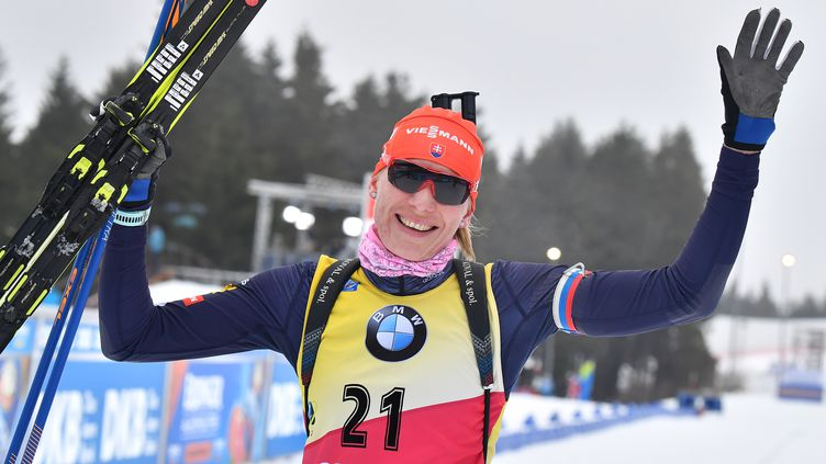 Anastasiya Kuzmina en haut du podium à Oberhof. (MARTIN SCHUTT / DPA)