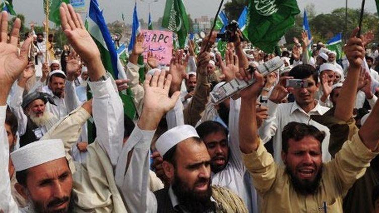 Manifestants à Peshawar contre une attaque de drones visant le réseau Haqqani, le 23 octobre 2011. (AFP/A MAJEED)