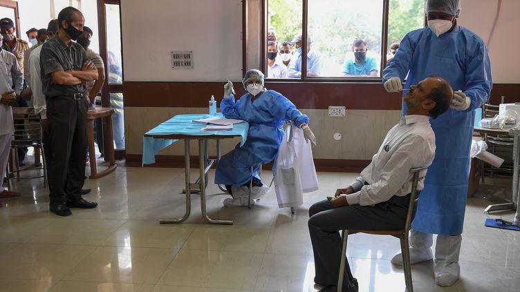 Un dépistage du Covid-19 réalisé à l'aide de tests antigéniques, lundi 28 septembre 2020 à New Delhi (Inde). (PRAKASH SINGH / AFP)