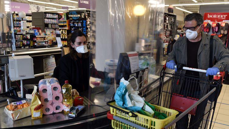 Passage en caisse dans un supermarché de Cahors, le 19 mars 2020 (MARC SALVET / MAXPPP)