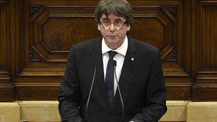 Le président de la Generalitat de Catalogne,Carles Puigdemont, s'exprime au Parlement régional à Barcelone, le 10 octobre 2017. (LLUIS GENE / AFP)