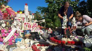 Des fans de Johnny venus de métropole sur la tombe de Johnny, à Saint-Barthélemy  (Valentine AUTRUFFE / AFP)