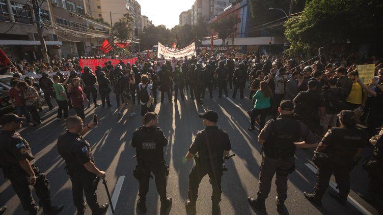 Les manifestants protestant contre le coût des Jeux olympiques se retrouvent face à la police, à Rio de Janeiro (Brésil), le 5 août 2016. (DARIO OLIVEIRA / ANADOLU AGENCY / AFP)