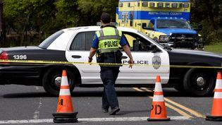 La police d'Austin boucle le périmètre après l'explosion d'un colis piégé dans cette ville du Texas, le 19 mars 2018. (SERGIO FLORES / REUTERS)