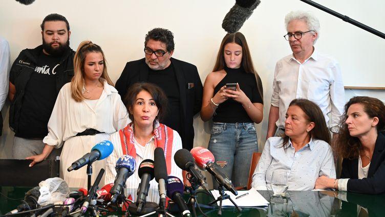 Face aux micros, Doria Chouviat, la veuve de Cédric Chouviat, livreur décédé à la suite d'un contrôle policier, tient une conférence de presse, le 23 juin 2020. (BERTRAND GUAY / AFP)
