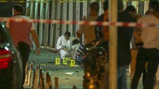 Des policiers inspectent le secteur où un terroriste s'est fait exploser, le 3 juillet 2019, dans la cité Intilaka de Tunis (Tunisie). (YASSINE GAIDI / ANADOLU AGENCY / AFP)