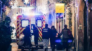 Les secours prennent en charge des personnes sur les lieux de la fusillade de Strasbourg (Bas-Rhin), le 11 décembre 2018. (ABDESSLAM MIRDASS / AFP)