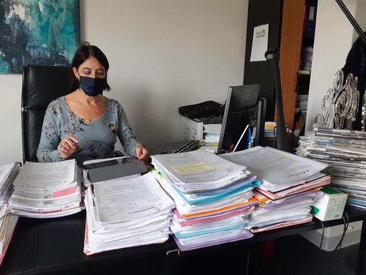Marie-Odile Saillard, directrice du centre hospitalier régional Metz-Thionville (Moselle), dans son bureau, le 18 février 2021. (RAPHAEL GODET / FRANCEINFO)
