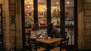 Malgré la réouverture des 30 restaurants, leur fréquentation a fortement chuté avec seulement un quart des couverts effectués. L'alcool représente une énorme partie des revenus de la restauration, qui fait pression pour le proposer à nouveau au menu.   (MICHELE SPATARI / AFP)