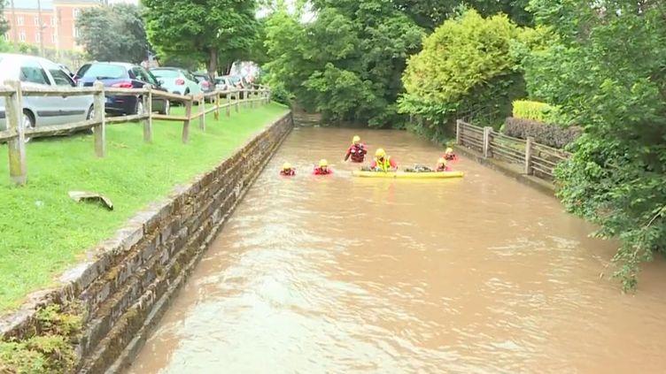 Il n'a fallu qu'une heure pour que les rues de Beauvais (Oise) se transforment en torrents de boue, le lundi 21 juin. Une personne est toujours en cours de recherche. (CAPTURE ECRAN FRANCE 3)