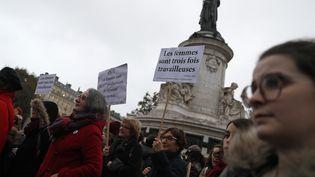Des femmes manifestent place de la République à Paris pour dénoncer les inégalités salariales entre les hommes et les femmes, le 7 novembre 2016. (THOMAS SAMSON / AFP)