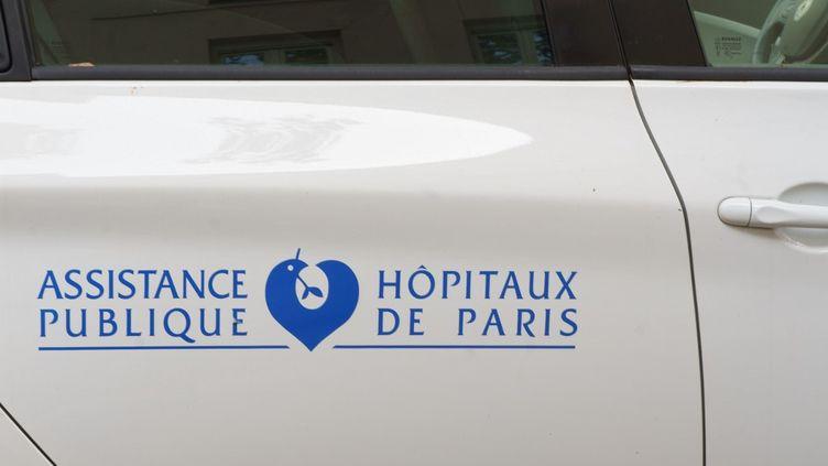 Le logo de l'AP-HP à Paris. (GILLES TARGAT / AFP)