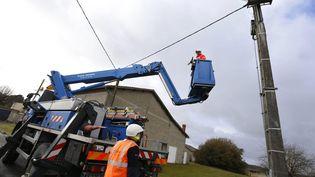 Les techniciens d'Enedis mobilisés pour remettre le courant après le passage d'une tempête (photo d'illustration). (LACAUD ANNE / MAXPPP)