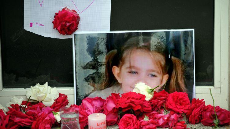 Devant le domicile de la petite Fiona à Clermont-Ferrand (Puy-de-Dôme), le 29 septembre 2013. (MAXPPP)