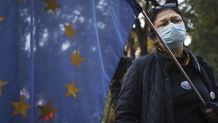 Une manifestante devant le tribunal constitutionnel polonais, le 7 octobre 2021 à Varsovie (Pologne). (JAAP ARRIENS / AFP)