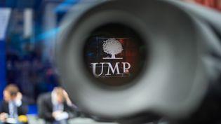 Une caméra devant le siège de l'UMP à Paris, le 8 juillet 2014. (KENZO TRIBOUILLARD / AFP)