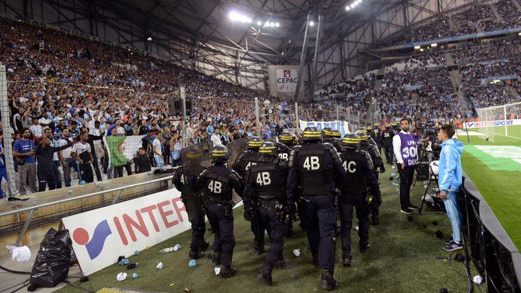 Des CRS dans le stade Vélodrome, à Marseille (Bouches-du-Rhône), lors du match OM-OL, le 20 septembre 2015. (FRANCK PENNANT / AFP)