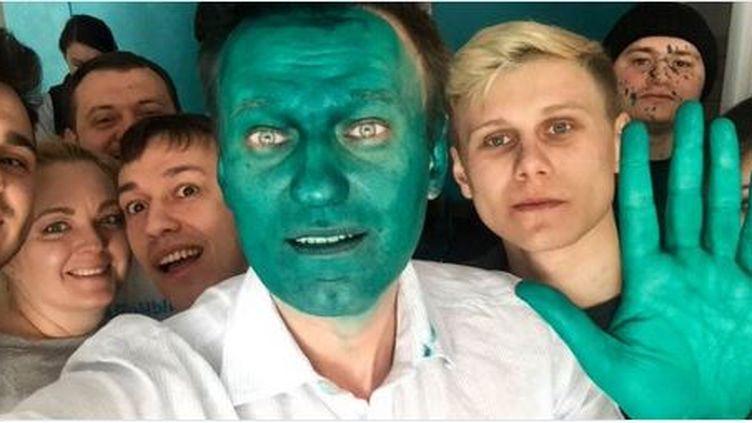 """L'opposant à Vladimir Poutine Alexeï Navalny a publié sur Twitter ce """"selfie"""" de lui après avoir été aspergé de vert par un assaillant inconnu lundi 20 marsà Barnaul, en Sibérie (Russie). (ALEXEI NAVALNY)"""