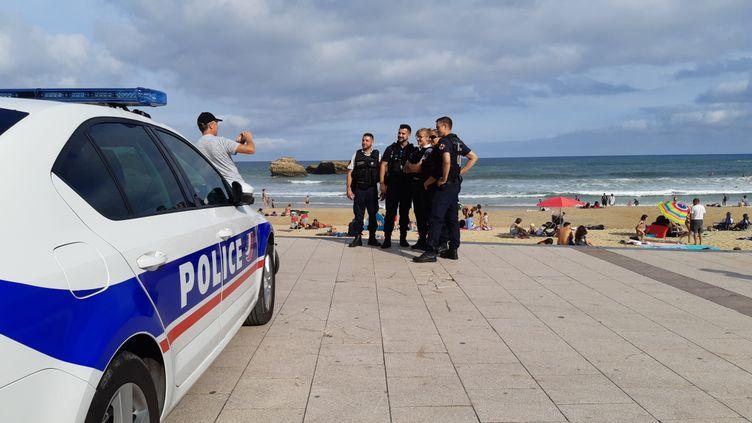 Policiers sur la grande plage de Biarritz (Pyrénées-Atlantiques), le 18 août 2019. (BENJAMIN ILLY / RADIO FRANCE)