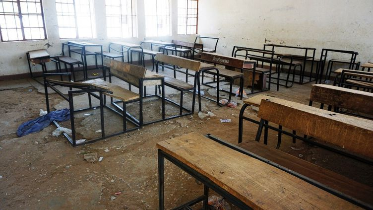 Une salle de classe dévastée lors d'une attaquecontre un collège pour filles à Dapchi, au nord du Nigeria. 110 élèves y avaient été enlevés le 28 février 2018. (AMINU ABUBAKAR / AFP)