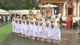 les rescapés de la grotte font une retraite bouddhiste.Unmoyen de rendre hommage au plongeur mort dans l'opération de secours. (France 24)