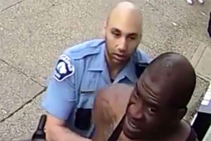 Un policier fait sortir George Floyd de sa voiture, à Minneapolis, le 25 mai 2020. (REX / SIPA / SHUTTERSTOCK)