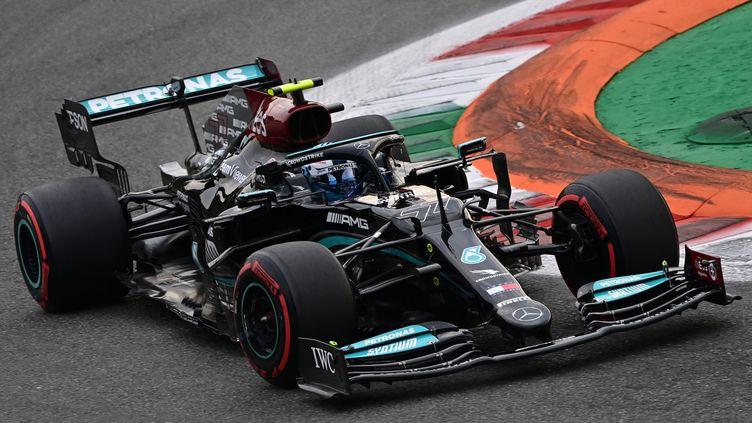 Le Finlandais Vlatteri Bottas au volant de la Mercedes, auteur de la pole-position du Grand Prix d'Italie à Monza le 10 septembre 2021. (MIGUEL MEDINA / AFP)