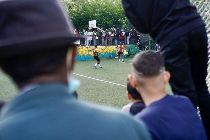 Début du match Gambie-Cameroun, disputé lors de la CAN de la Goutte d'Or, le 1er juillet 2021, à Paris. (PIERRE-LOUIS CARON / FRANCEINFO)