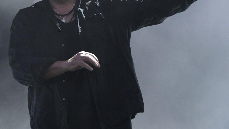 Robert Smith de The Cure, souriant comme jamais au concert du vendredi 23 août 2019 à Rock en Seine. (NATHALIE GUYON/ FRANCE TELEVISIONS)