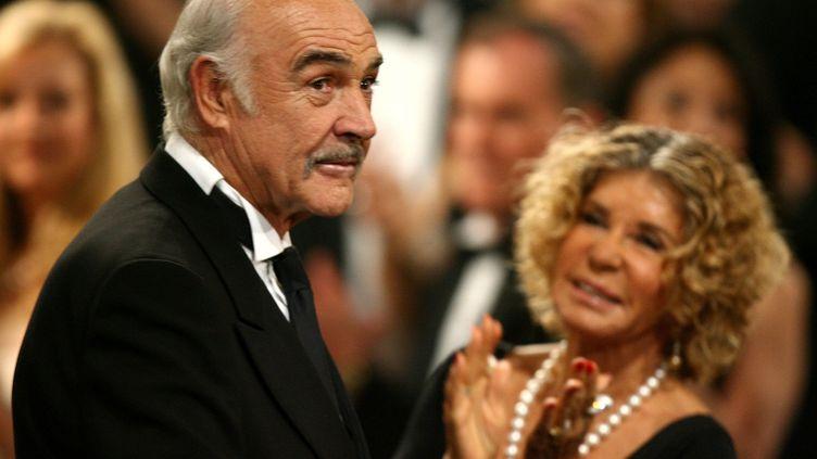 Sean Connery et son épouse Micheline Roquebrune lors d'un hommage rendu à l'acteur écossais à Hollywood en 2006. (KEVIN WINTER / GETTY IMAGES NORTH AMERICA)