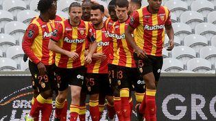Les Lensois félicitent Gaël Kakuta après son but contre Lorient le 11 avril 2021 en Ligue 1. (FRANCOIS LO PRESTI / AFP)