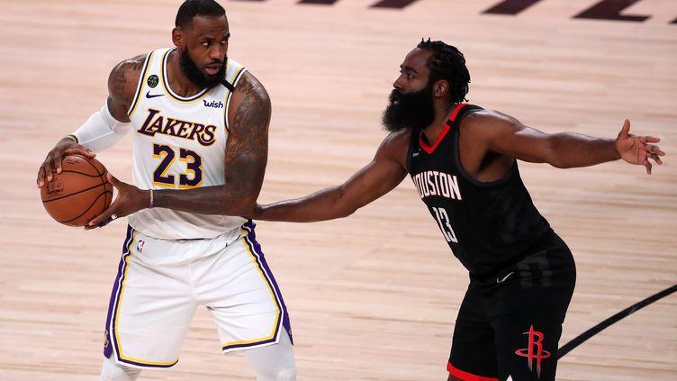 LeBron James (Lakers) a eu raison de James Harden (Rockets) (MICHAEL REAVES / GETTY IMAGES NORTH AMERICA)