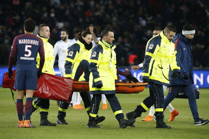 Le joueur du PSG Neymar sort sur une civière après sa blessure lors d'un match de Ligue 1 contre Marseille, le 25 février 2018 au Parc des Princes. (GEOFFROY VAN DER HASSELT / AFP)