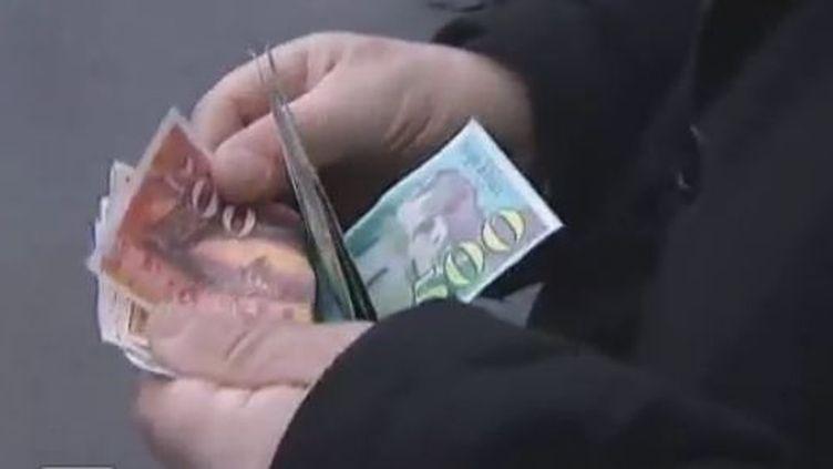 Des billets en francs, à Paris, le 17 février 2012. (FRANCE 2)