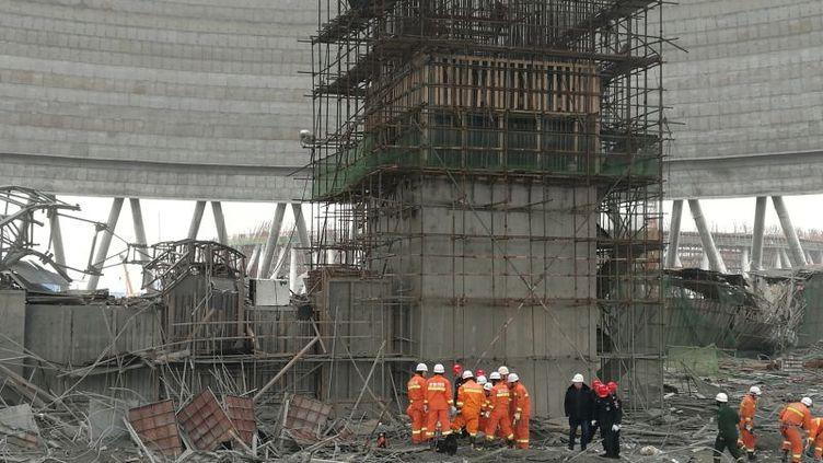 Les secours cherchent des victimes après un accident dans une centrale électrique à Fengcheng (Chine), jeudi 24 novembre. (CHINA STRINGER NETWORK / REUTERS)