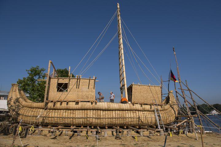L'Abora IV, un bateau en roseau, va tenter la traversée de la Méditerranée (Beloslav, Bulgarie, le 26 juillet 2019) (NIKOLAY DOYCHINOV / AFP)