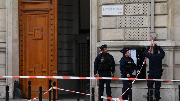 L'accès bloqué à la préfecture de police de Paris, après l'attaque,jeudi 3 octobre. (JULIEN MATTIA / ANADOLU AGENCY (AFP))