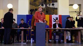La chancelière allemande, Angela Merkel, vote pour les électionslégislatives, à Berlin, le 24 septembre 2017. (TOBIAS SCHWARZ / AFP)