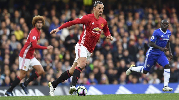 Zlatan Ibrahimovic (au premier plan en rouge) et N'Golo Kanté (au fond en bleu) lors de la victoire de Chelsea face à Manchester United (4-0) sur la pelouse de Stamford Bridge le 23 octobre 2016. (BEN STANSALL / AFP)