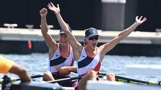 Laura Tarantola et Claire Bové après l'annonce de leur médaille d'argent, le 29 juillet 2021 aux Jeux olympiques de Tokyo. (LUIS ACOSTA / AFP)